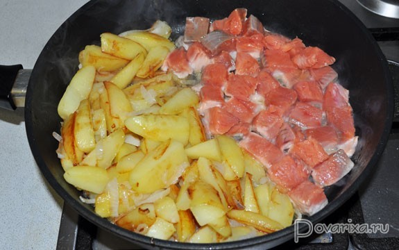 жареная картошка с рыбой на сковороде