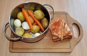Вымытые картофелины и морковки варим до готовности. В этой же кастрюле варим и яйца. Следим за  временем варки  – зачем нам переваренные яйца или разваливающаяся морковь?