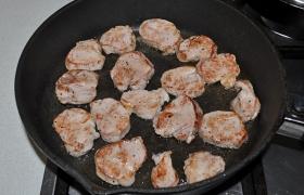 А на второй сковороде, с толстым дном, за 4-5 минут перекаливаем на сильном огне 2-4 ст. ложки масла. Жарим медальоны по 50-60 секунд с каждой стороны. Солим после переворачивания.