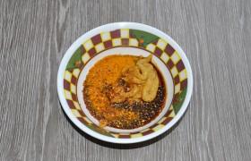 Маринад мы сделали в этот раз из соевого соуса, горчицы, а еще добавили куркумы и смесь свежемолотых перцев.