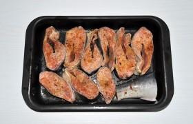 Раскладываем в удобной посуде, поливаем соком, выжатым из лимона, перчим, посыпаем солью (или просто посыпаем приправой для рыбы).