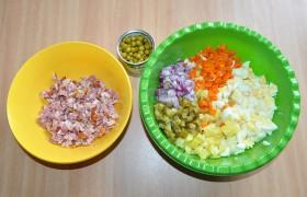 Когда все готово, охлаждено, вся наша работа – нарезка кубиком всех компонентов: мяса, картошки, моркови, яиц, огурчиков и лука. Мелким или крупным – это кому как нравится. Соединив все вместе и не забыв горошек, заправляем салат майонезом и солим по вкусу.