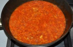 Добавляем 1 ст. ложки муки для загущения соуса, рассеивая ее из ситечка и все время перемешивая. Через минуту кладем томатную пасту, сахар, немного солим и перчим, посыпаем травами. Вливаем примерно стакан кипятка (или побольше), оставляем 4-5 минут тушиться без крышки.