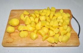 Чистим картофель, нарезаем кубиками или дольками.