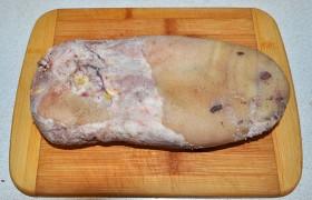 Вот теперь наше отварное мясо, спрессованное грузом, превратилось в замечательную холодную закуску. Попробуйте – и вы согласитесь: это действительно вкусно.