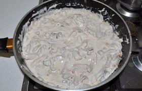 И теперь вливаем их в сковороду. Приправляем перцем, травами, солью. тушим под крышкой до мягкости свинины, что – в зависимости от качества мяса и обжаривания – занимает от нескольких минут до получаса.