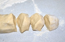 Разворачиваем тесто, делим на 2 части, скатываем каждую толстым жгутом – это помогает нарезать его на одинаковые порции.