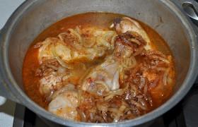 Все, что у нас в сковороде – добавляем к курице. Или, наоборот, кладем курицу в соус. Доведя до кипения, закрываем латку крышкой и переводим огонь на небольшой, для тушения.