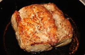 За час-полтора до готовки кладем на стол – чтобы мясо согрелось. Убираем лавровый лист и со всех сторон посыпаем крупной солью. Обжариваем карбонад с двух сторон в раскаленном на сильном огне масле до коричневой корочки.