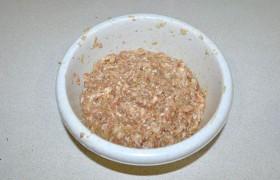 Рубим не слишком мелко обе луковицы, добавляем в мясной фарш. Лука не жалеем – чем его больше, тем сочнее начинка. Перчим и солим, добавляем приправу, рис и воду, последнюю – тоже для сочности. Хорошо вымешиваем начинку.