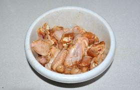 Остальные части складываем в миску, поливаем соевым соусом, перемешиваем. Оставляем на столе на 15-20 минут, но можно поставить для маринования на несколько часов, поставив в холодильник.