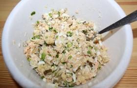 Перемешиваем с выбранной нами заправкой, в соответствии со своим вкусом добавляем соли, перца. И выкладываем в салатницу.
