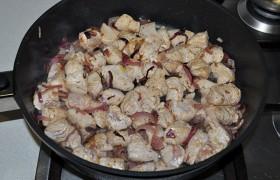 Отодвигаем лук к бортику, выкладываем индейку, 20-25 секунд она жарится снизу. Переворачиваем, смешиваем с луком, обжариваем еще 2 минуты или чуть дольше.