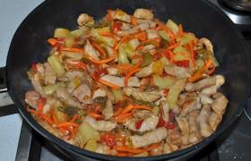 Перекладываем мясо к овощам, перемешиваем, даем закипеть. Плотно накрываем и выключаем огонь. Оставляем на 5-7 минут до подачи.