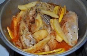Посыпаем паприкой и шафраном, солим, заливаем столько кипятка, чтобы покрыл бедрышки. Тушим после закипания – под крышкой и на небольшом огне - до полной мягкости курицы, от 15 до 25 минут.