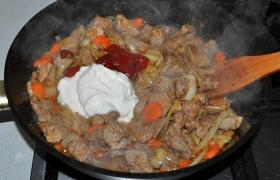 Когда мясо в гуляше почти мягкое, добавляем томатную пасту и сметану, сахар, пробуем на соль, если подливки мало – доливаем кипяток. Тушим еще 5-10 минут.