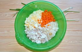 Теперь соединяем в миске нарезанные треску, морковь и яйца, рубленый зеленый лук, рис с луком. Заправляем в меру майонезом и перцем. И даем салату с треской постоять, пропитаться соусом и набраться вкуса.