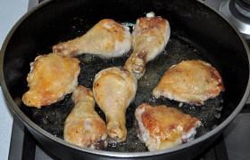 Тем временем сковорода с маслом сильно разогревается на огне между большим и средним. Кладем куски курицы, обжариваем по 4-5 минут сторону до хорошего румянца. Перекладываем в посуду для тушения.
