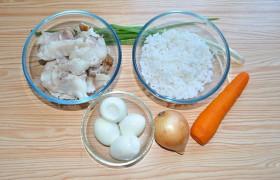 Вот все наши компоненты для салата: рис, морковь и яйца мы уже сварили , рыба снята с костей.