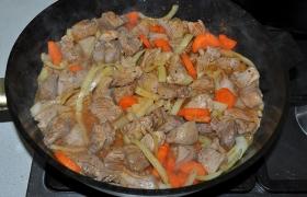 Посыпаем мясо солью, перцем, готовой приправой, уменьшаем огонь до маленького, накрываем и оставляем индейку тушиться минут 10-15. Сока мяса и овощей в сковороде достаточно для этого.