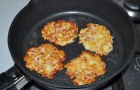 Масло в тяжелой сковороде 4-5 минут держим на сильном огне – для перекаливания . Немного снизив огонь, кладем драники - столовой ложкой, ею же и выравниваем форму и толщину лепешек. Драники не стоит делать большими. Жарим каждую сторону по 3-4 минуты. Подаем горячими, со сметаной. В Чехии брамбораки часто подают к пиву.