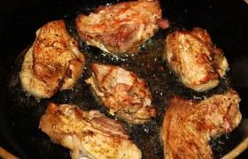 Жарим минуту на каждой стороне до коричневатой корочки. В оставшемся масле быстро обжариваем минутку шинкованный лук, натертый или нарезанный чеснок.