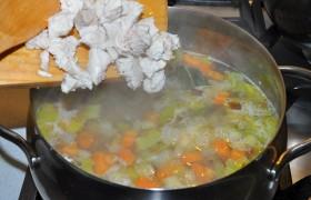 Минуты за 3-4 до выключения добавляем нарезанное куриное мясо (или не добавляем, если мы его не варили). Пробуем, приправляем солью, перцем.