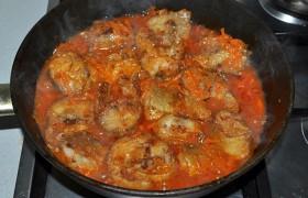 Заливаем рыбу горячим соусом, после закипания убираем огонь до небольшого и тушим под крышкой 5-7 минут.