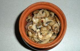 Следующий слой – грибы с луком, а сверху – морковка и рубленая зелень. (Не обязательно слои – можно вообще все перемешать и наполнить горшочки). Итак, 4 горшочка наполнены нами практически по горлышко.