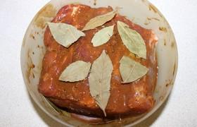 Кусок карбонада промываем и сложенными бумажными полотенцами хорошо обсушиваем. Смешиваем в мисочке соевый соус, горчицу, перец и со всех сторон обмазываем мясо. Облепляем всю поверхность лавровыми листьями.