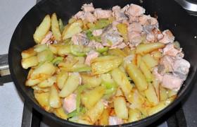 И последнее, что бы добавляем в блюдо – тонкие полоски сладкого перца. Еще несколько минут жарки, картофель готов – отставляем сковороду с конфорки.