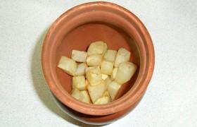 после чего слегка солим и распределяем по горшочкам.