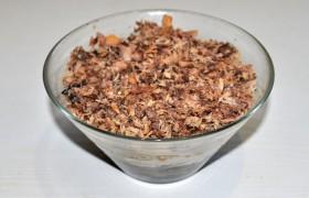 Тем временем сварились яйца, которые мы натираем крупно. На донышко салатника кладем грибы, промазываем майонезом. На них – половину яиц, майонез. Дальше – морковь с луком. Теперь слой размятой вилкой рыбы, майонез. Снова яйца и последний слой майонеза. Засыпаем мелко тертым сыром. Подавать можно практически сразу.