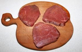 Стандартный вес классического ромштекса – 115 г, потому ровно разрезаем поперек волокон кусок говядины (у нас – лангет, под таким названием он продается в мясной лавке) на 3 ломтя толщиной примерно 22-25 мм.