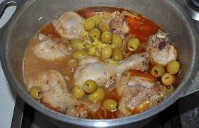 Спустя примерно четверть часа, когда курица практически готова, выкладываем в латку оливки и приготовленную нами для заправки лимонно-чесночную пасту. После 3-4 минут тушения добавляем кинзу и выключаем. Пора попробовать, что такое курица по-мароккански.