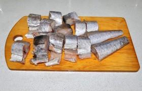 Удаляем чешую (если она есть), пленку из брюшка, срезаем хвост, плавники. Промываем и обсушиваем внутри и снаружи бумажными полотенцами. Нарезаем толстыми стейками, приправляем перцем и крупной солью.