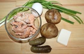 Когда картошка и яйцо сварены, охлаждены и очищены – остается сделать немного.