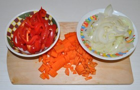 Сладкий перец, удалив плодоножку и семена, превращаем в длинную соломку. Луковицу шинкуем половинками колец, а морковь – как нравится. Чеснок – только очищаем и раздавливаем ножом.