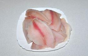 Филе рыбы промываем и бумажными полотенцами отжимаем из них воду.