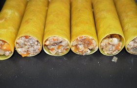 Остывшей начинкой наполняем каннеллони. Маленькими порциями фарш довольно легко скатывается в трубочку, протолкнуть его можно черенком чайной ложки.