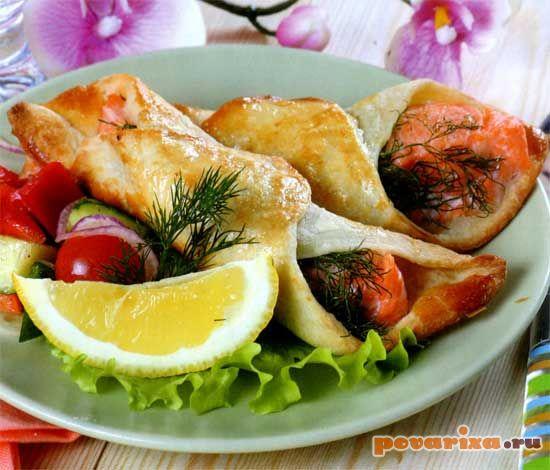 конвертики из слоеного теста с рыбой рецепт с фото