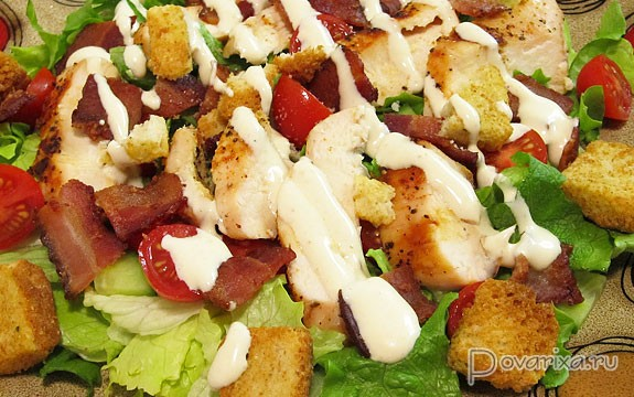 Салат с курицей сухариками и сыром