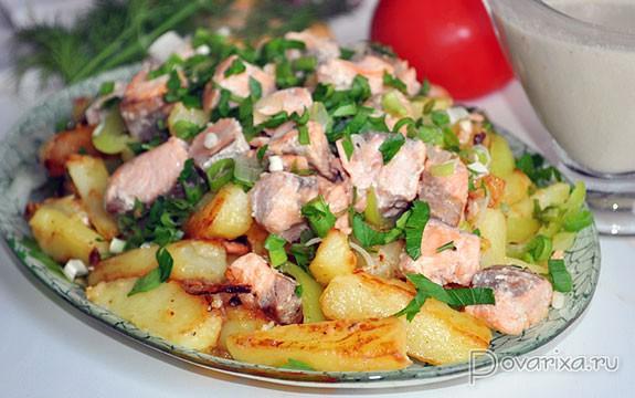 жареная рыба на сковороде с картошкой