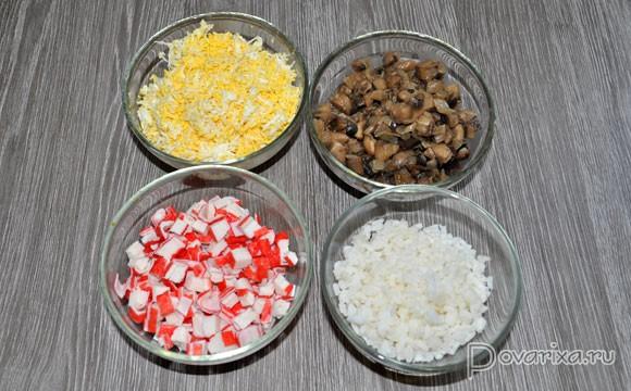 Слоеный салат из грибов и крабовых палочек