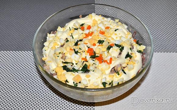 Салат с консервами рисом и яйцом