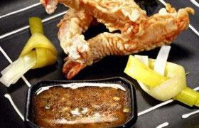 Креветки в кляре с пикантным соусом