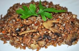 Каша гречневая с тушенкой и грибами «Вкусняшка»