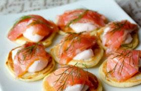 Мини-блинчики с лососем и сметанным кремом