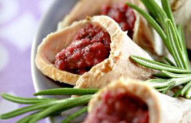 Конвертики (кулечки) из свинины с соусом