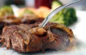 Мясо, запеченное на луковой подушке